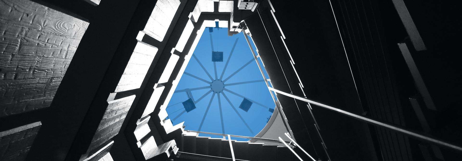 Stiegenhaus mit blauem Glasdach